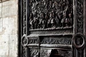 Бронзовая дверь в Castel Nuovo