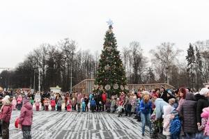 Елка в Сокольниках во время рождественского фестиваля в Москве