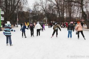 Каток в парке Сокольники в Москве