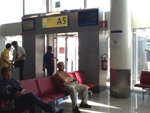 Выход на посадку самолета, Опоздала на самолет